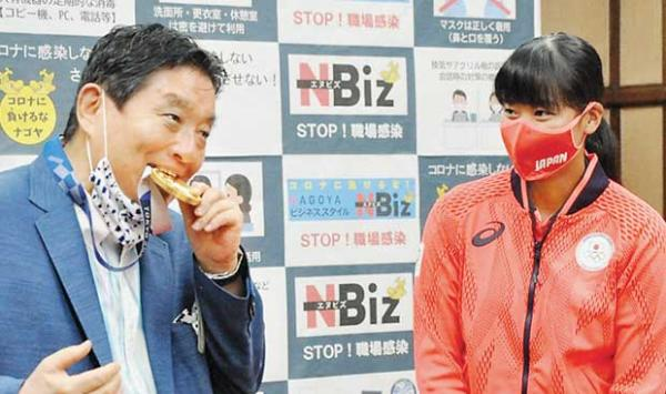 Japanese Athletes Gold Medal Chewing Mayor In Trouble